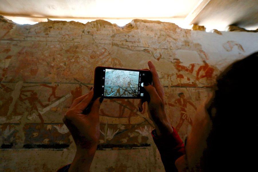 La fresque murale dessinée dans la tombed'une prêtresse de l'Ancien Empire, au sud du Caire.