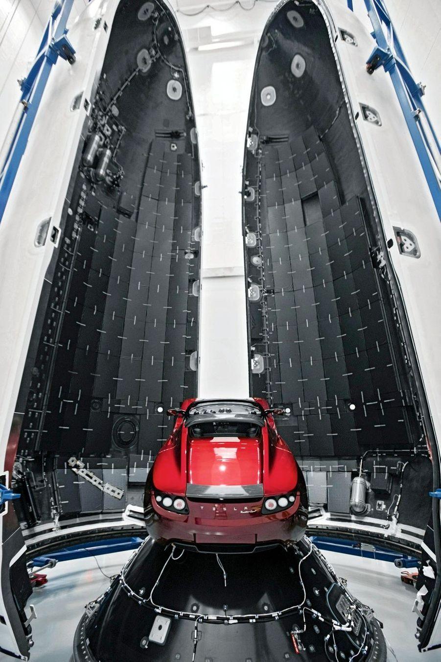 harge utile embarquée dans la fusée : la Tesla Roadster personnelle d'Elon Musk. Elle a une autonomie de 370 kilomètres et une vitesse de pointe de 212 km/h. Un ovni condamné à dériver 1 milliard d'années.