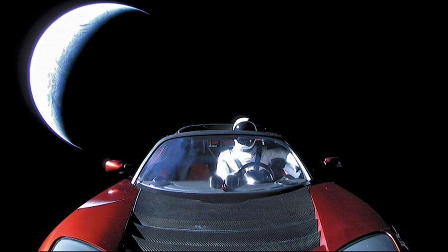 Quelques minutes après le départ, la coiffe de la fusée libère la voiture. Au volant, un mannequin baptisé Starman, en hommage à David Bowie. L'autoradio diffuse en boucle « Space Oddity ».