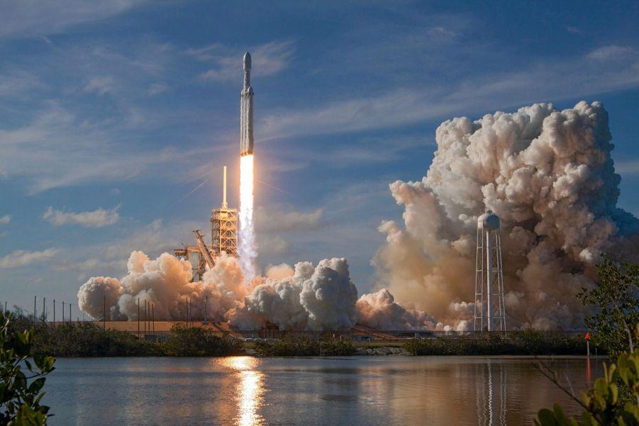 15 h 45, le 6 février : départ de la Falcon Heavy depuis la base de Cap Canaveral, en Floride.