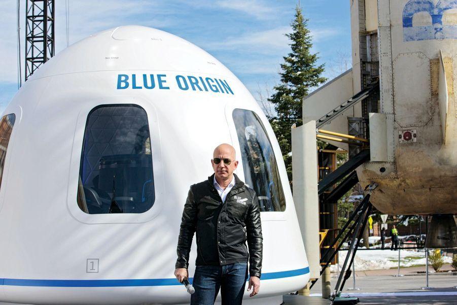 Jeff Bezos, le fondateur d'Amazon et de Blue Origin, concurrent de SpaceX. La veille du lancement, il écrit sur Twitter : « Bonne chance avec le décollage de la Falcon Heavy demain – je vous souhaite un beau vol, sans encombre ! »