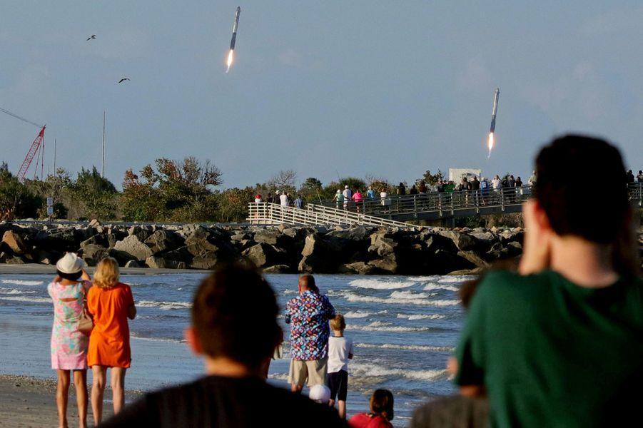 Décollage de fusées SpaceX Falcon à Cap Canaveral, en Floride.