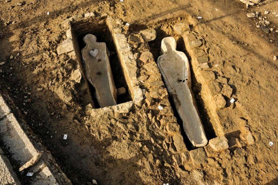 Vue d'ensemble de deux caveaux, après dégagement des sarcophages en plomb (fouille de Flers, 2014).