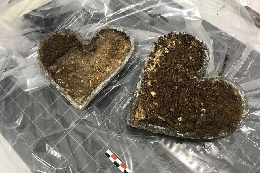 Cardiotaphe ouvert: matériaux d'embaumement (bourres de plantes, résine, cire et textile ?) qui entourent le cœur.