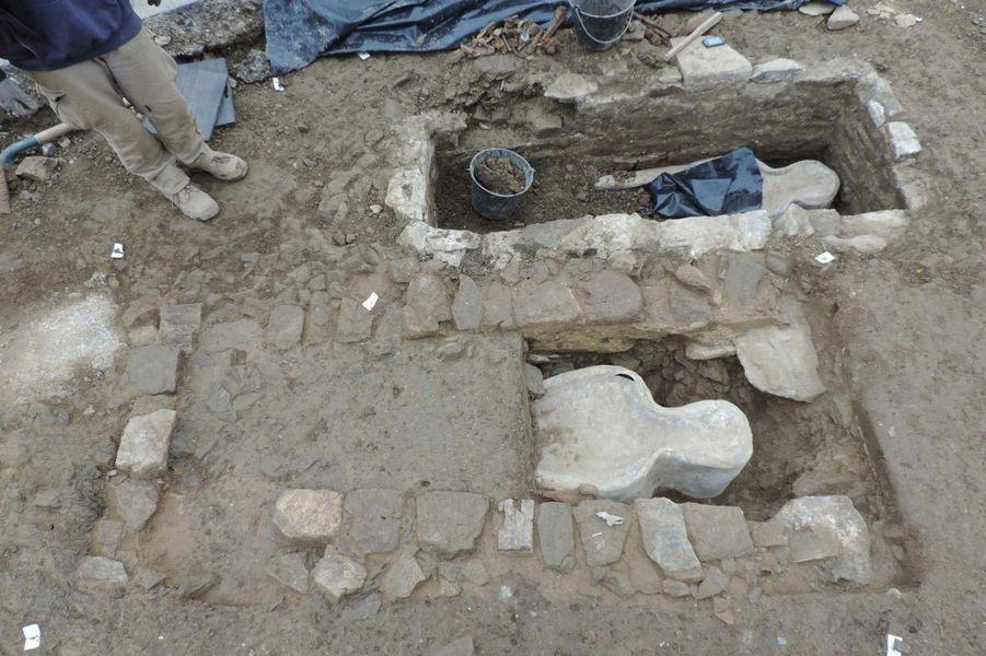 Découverte des sarcophages à l'intérieur en plomb à l'intérieur des caveaux maçonnés (fouille de Flers, 2014).
