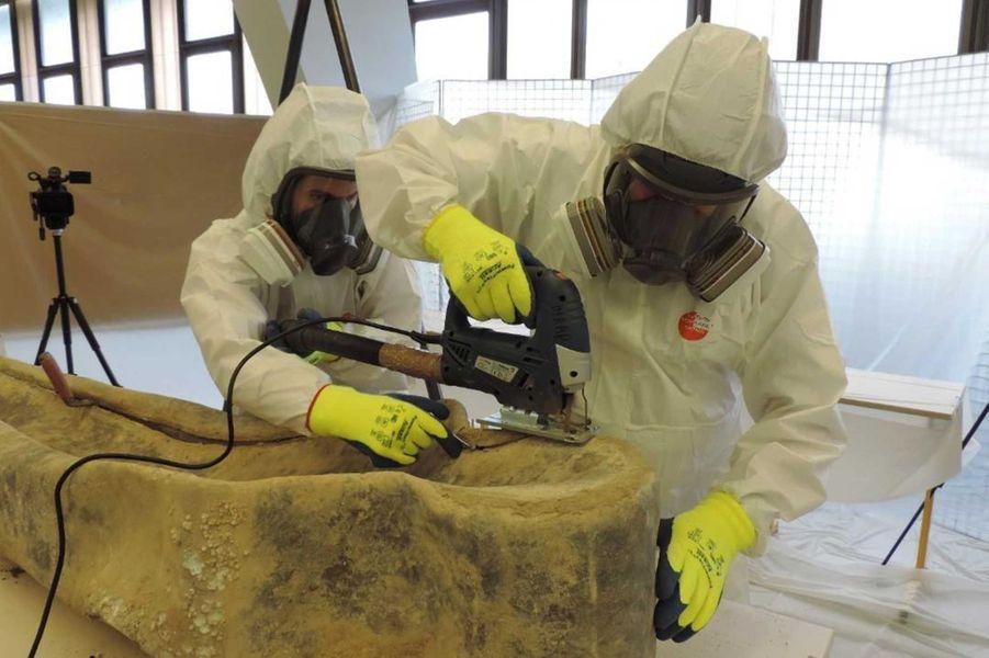 Ouverture en laboratoire des sarcophages en plomb par les équipes de l'Inrap et du Craham (locaux de l'Université de Caen).