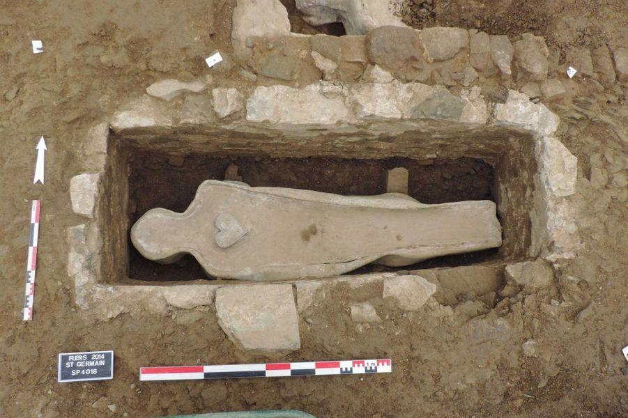 L'un des caveaux, après dégagement du sarcophage en plomb et mise au jour d'un coeur en plomb (fouille de Flers, 2014).