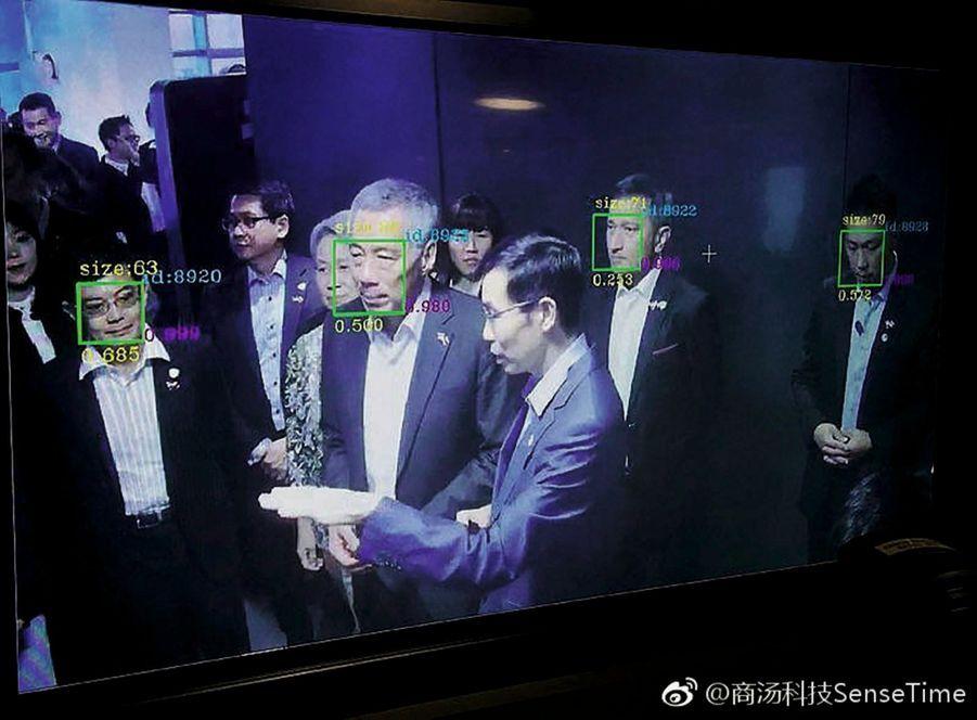 Le Premier ministre de Singapour, Lee Hsien Loong, pris au filet… Il découvre sa fiche de données à Pékin, en septembre 2017.