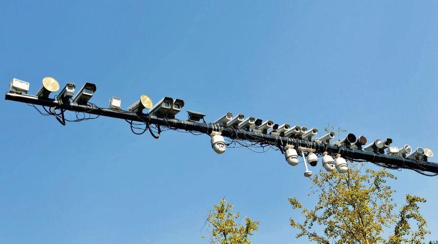 A Hangzhou, en Chine, une trentaine de caméras sur la même barre au-dessus de la route. Le pays en compte une pour 8 habitants.