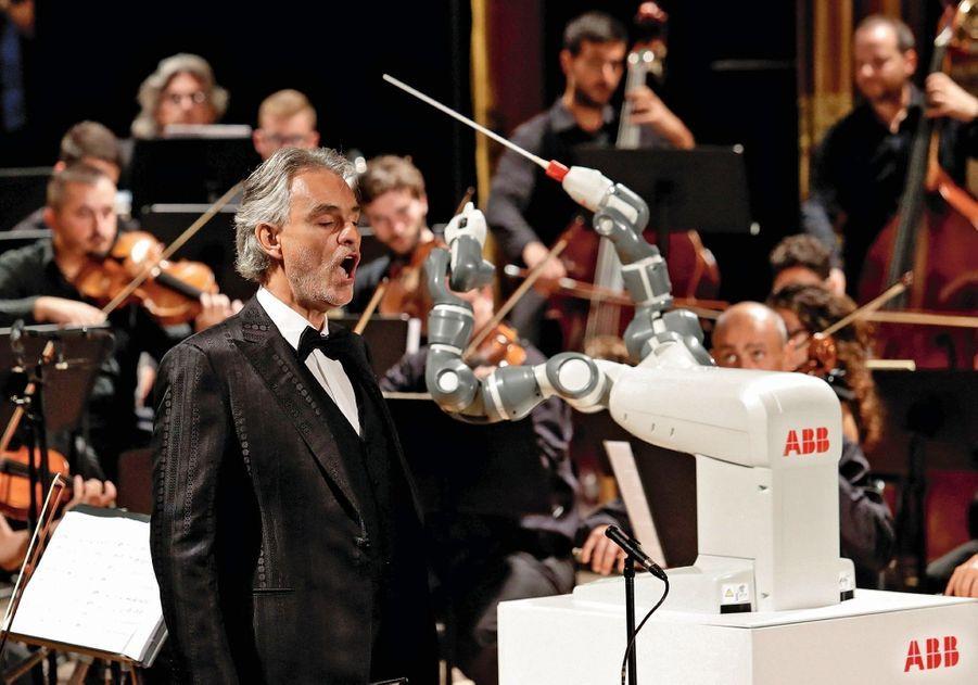 Le robot YuMi dirige un orchestre à Pise, en septembre 2017, avec le ténor Andrea Bocelli.