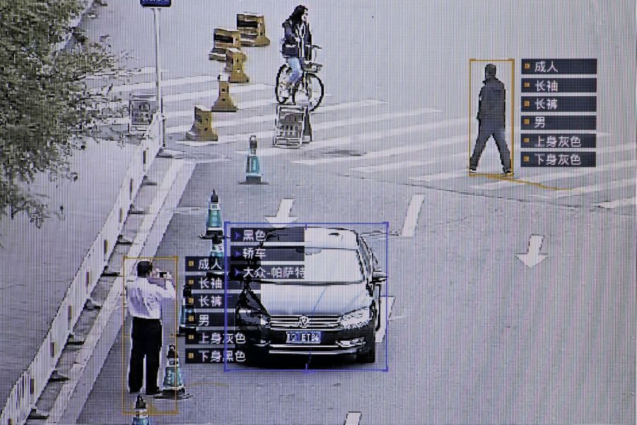 La caméra suit individus et véhicules, et révèle toutes les informations recensées à leur sujet.