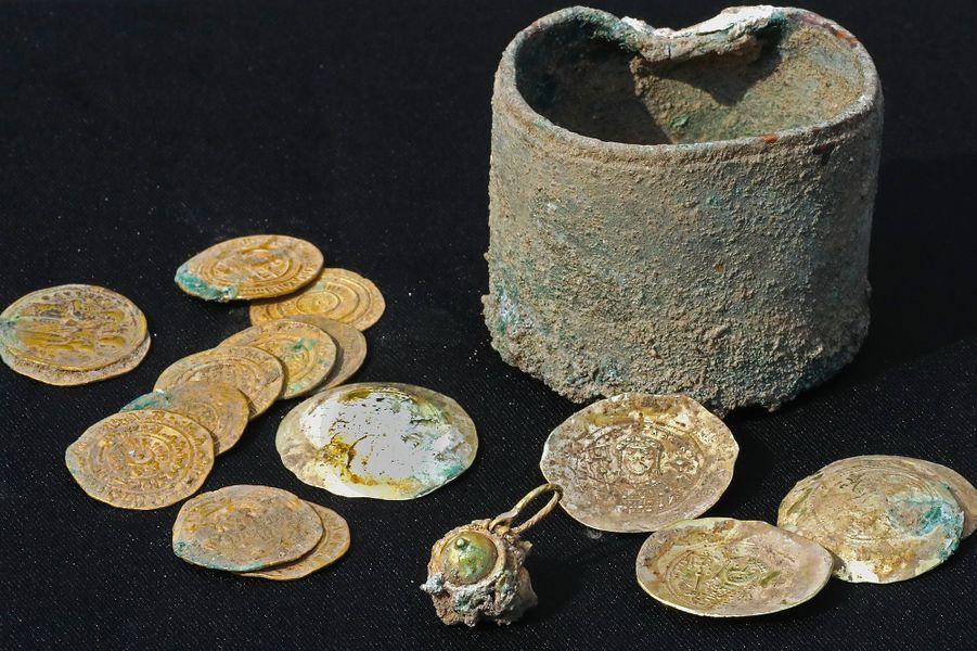 Le trésor, qui se compose de 24 pièces d'or et d'une boucle d'oreille, date de la fin du XIe siècle.