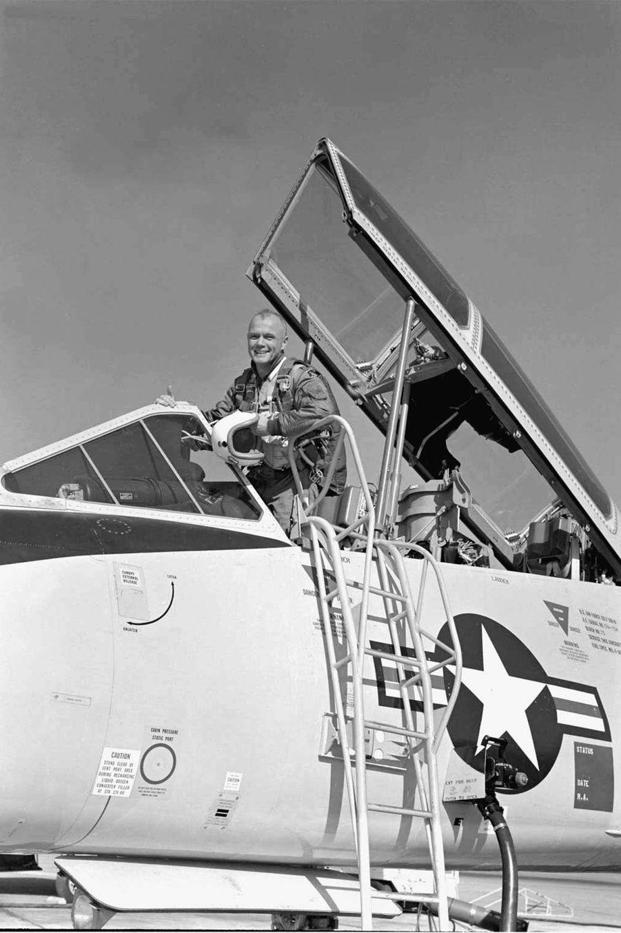 John Glenn était dans la marine américaine avant de devenir astronaute, 1961