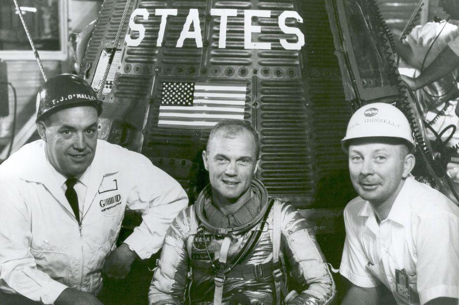 John Glenn (au milieu) devant la capsule Friendship 7, 1962