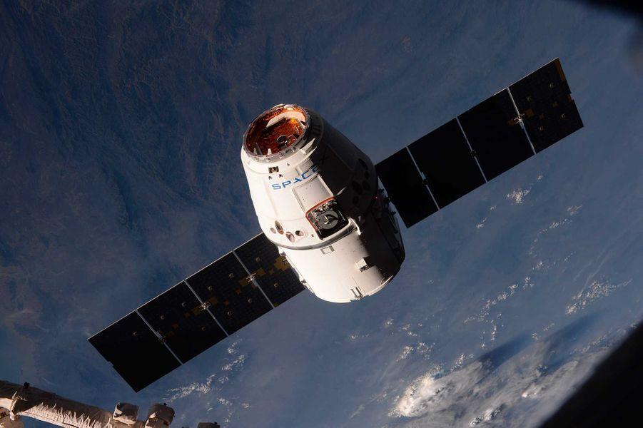 La capsule Dragon a apporté des vivres aux astronautes, dont des macarons.