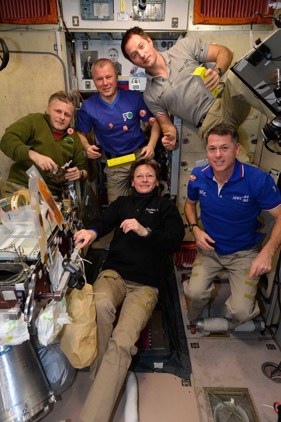 Les astronautes réunis pour fêter l'anniversaire de Thomas Pesquet.