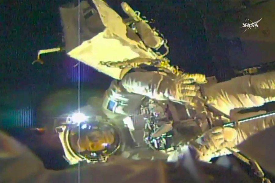 Il a aussilubrifié des parties du robot télémanipulateur canadien Dextre, haut de 3,7 mètres.