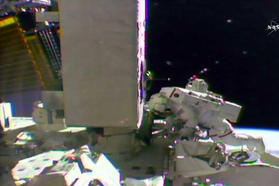 Shane Kimbrough a également remplacé des caméras sur la section japonaise de l'ISS.