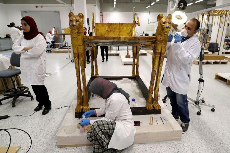 Le trône deToutânkhamon en restauration pour être exposé dans le Grand musée d'Egypte en 2020.