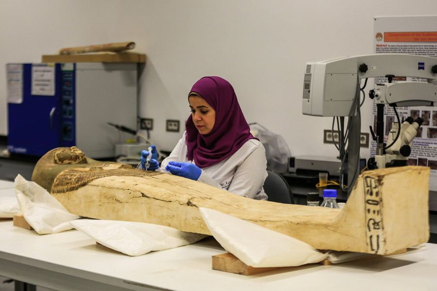 Le sarcophage deToutânkhamon en restauration pour être exposé dans le Grand musée d'Egypte en 2020.