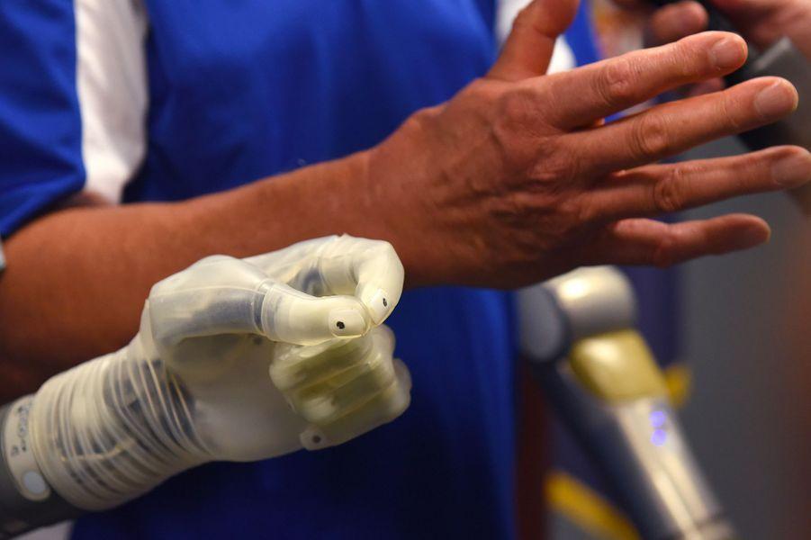 L'ancien combattant américain Artie McAuley fait une démonstration de la prothèse.