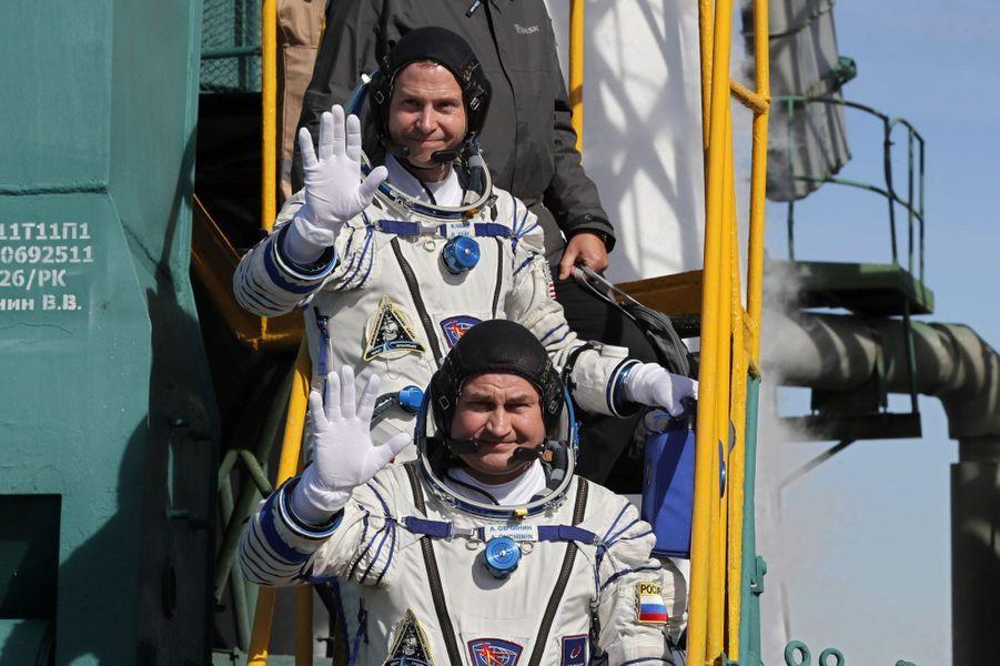 L'astronaute américain Nick Hague et le cosmonaute russe Alexeï Ovtchinine avant le décollage.