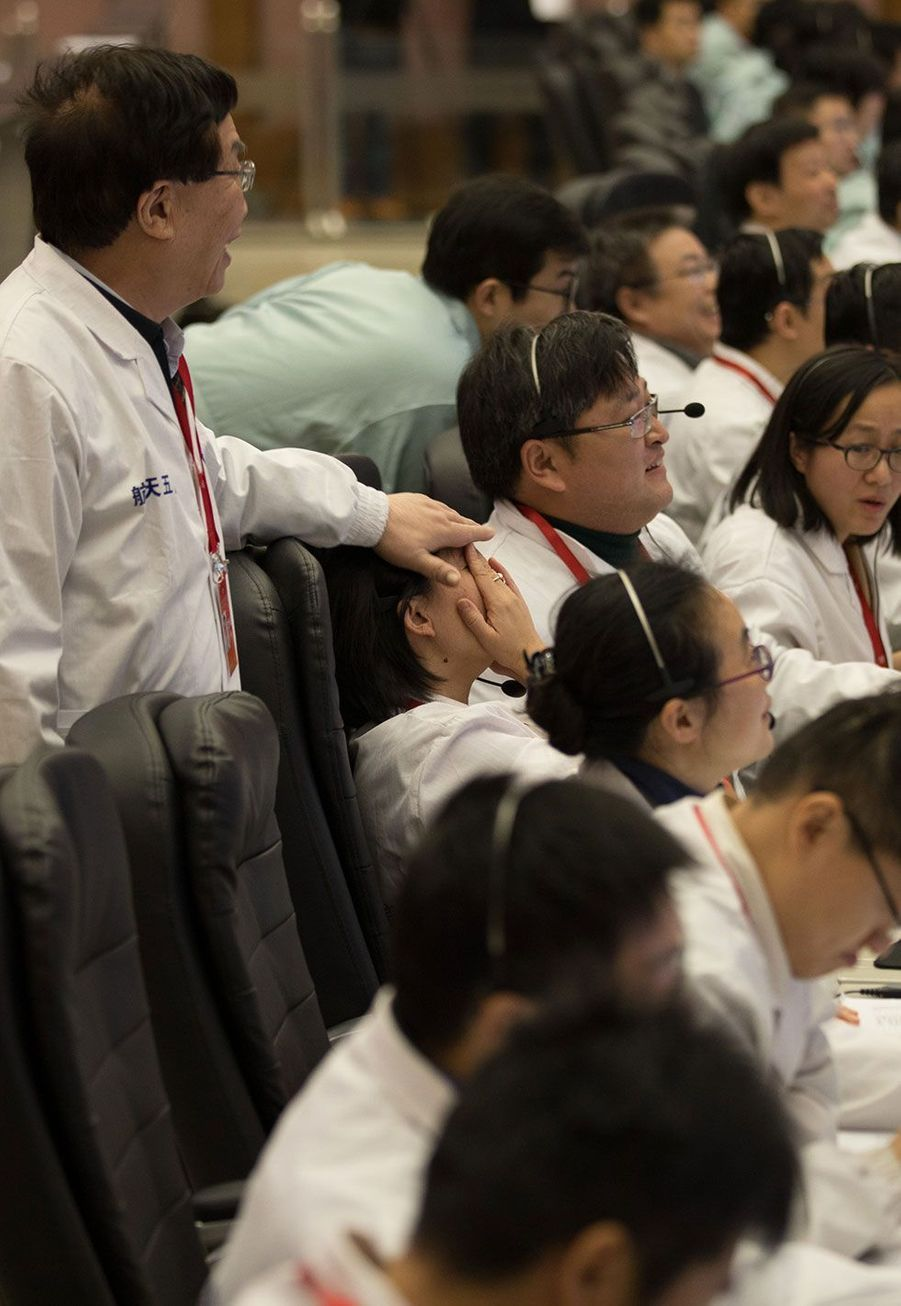 Des techniciens duCentre de contrôle et de commandement aérospatial de Pékin