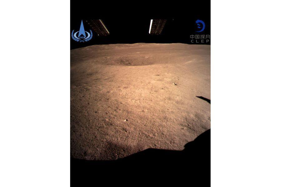 Le premier cliché de la face cachée de la Lune