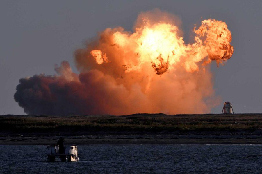 Après avoir réalisé un vol de plus de 4 minutes, la fusée Starship de SpaceX s'est écrasée au sol. Sa vitesse était trop grande et le contact trop brutal.