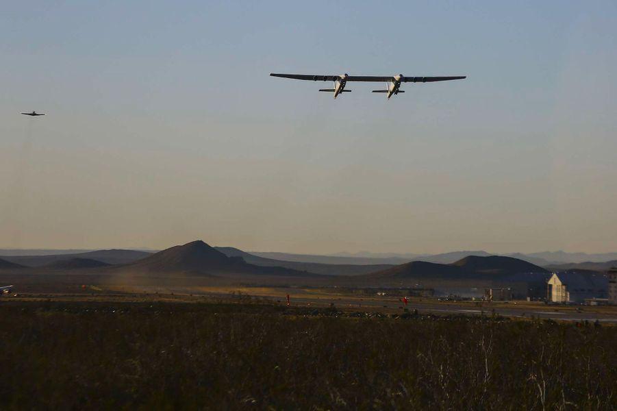 Pour la première fois samedi, Stratolaunch, un avion de 117 mètres d'envergure, a pris son envol au-dessus du désert deMojave, en Californie (Etats-Unis).