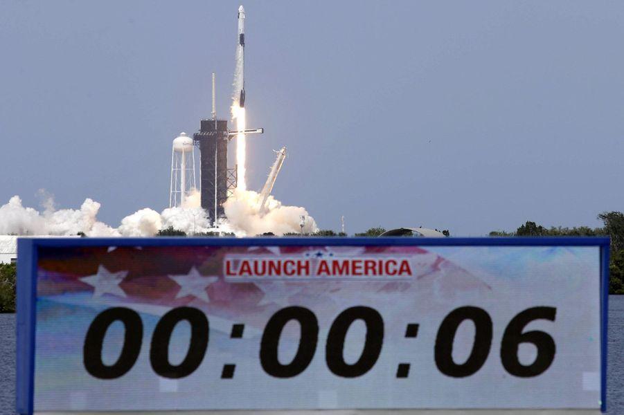 Bob Behnken et Doug Hurley ont décollé samedi à bord d'une fusée Falcon 9 depuis la Floride. Ils sont les premiers astronautes à rejoindre l'ISS, à 400 km de la Terre, grâce à un véhicule d'une société privée (SpaceX).