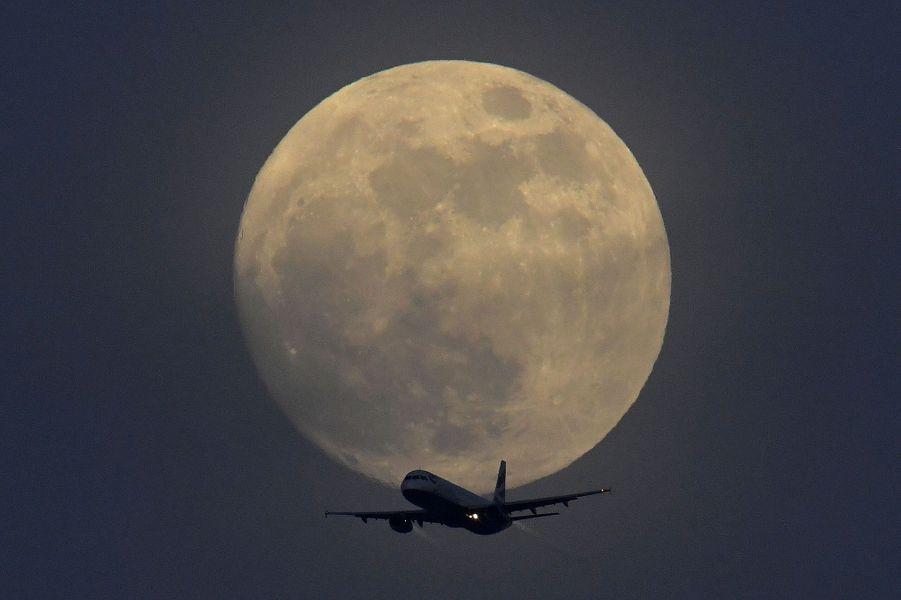 Avion passant de la Lune, à Londres