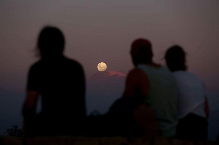 """""""Super lune bleue de sang"""" vue de Santiago de Chile"""