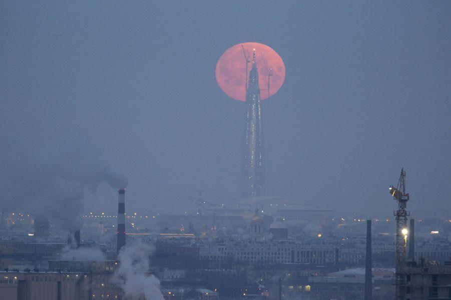 Lune vue de Saint-Petersbourg en Russie