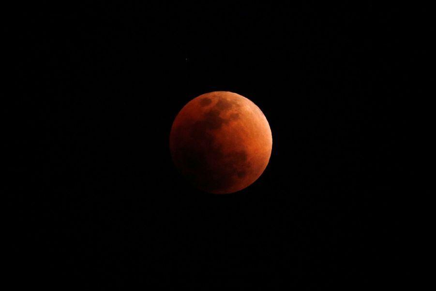 """""""Super lune bleue de sang"""" vue de Hong-Kong"""