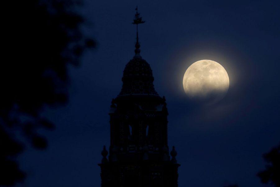"""""""Super lune bleue de sang"""" vue de San Diego, en Californie"""