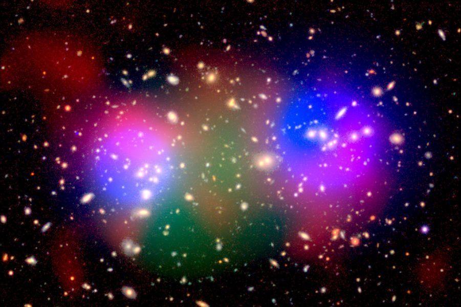 """Novembre. Cet éclat de couleur montre une découverte fascinante: un amas de galaxies agissant comme un """"fournaise cosmique""""."""