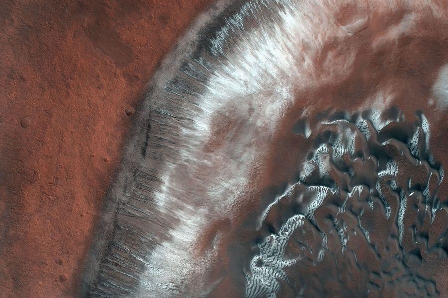 Avril. Les dunes de Mars dans un cratère.