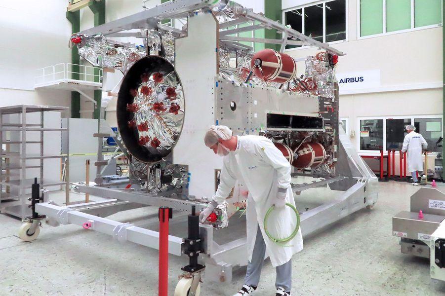 Avril. Préparation de la sonde JUICE qui doit décoller en 2022 pour explorer Jupiter.