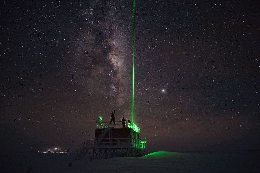 Août. Tir laser deLIDAR à la base antarctique Concordia.