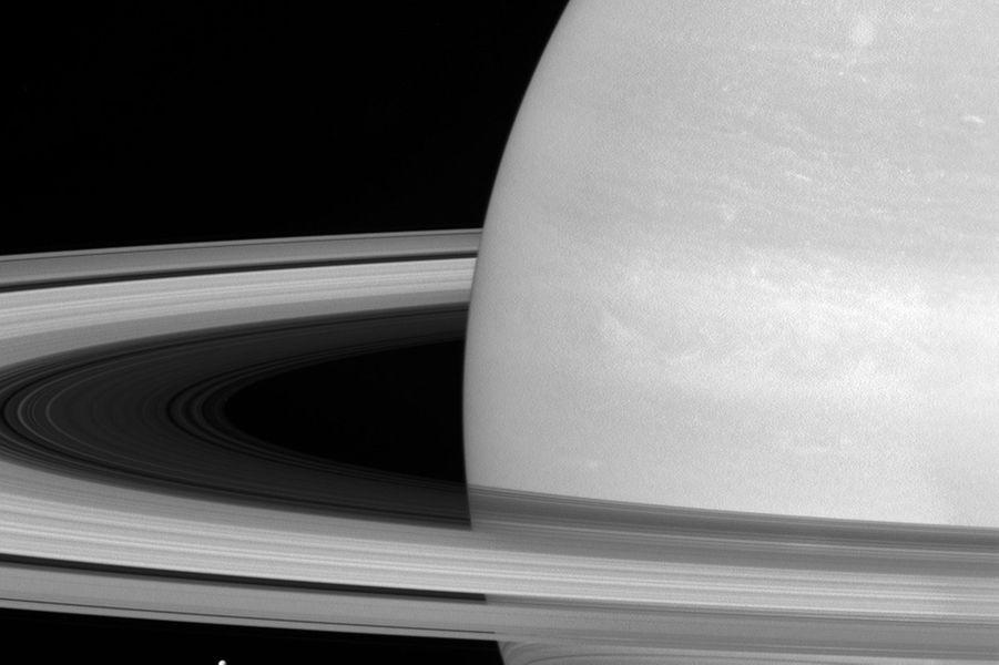 Sous les anneaux de Saturne, sa petite lune Mimas