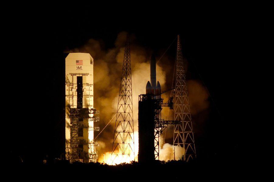 La Nasa a lancé dimanche en Floride sa sondeParker, objet le plus rapide jamais créé par l'homme qui doit traverser l'atmosphère du soleil pour aider à percer le secret des tempêtes solaires.
