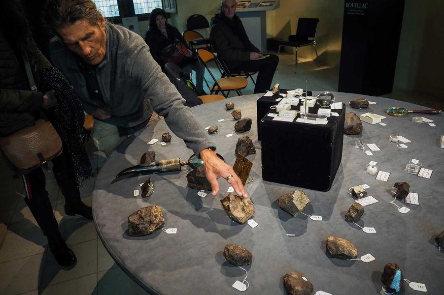 Gérard Merlier devant quelques pièces de sa collection