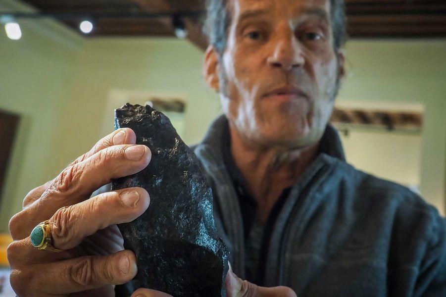 Gérard Merlier tenant une météorite