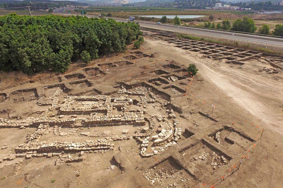 L'Autorité israélienne des antiquités (AIA) a présenté dimanche dans le centre d'Israëlles vestiges d'une construction urbaine immense, planifiée, avec des rues qui séparent des zones d'habitation et des espaces publics.