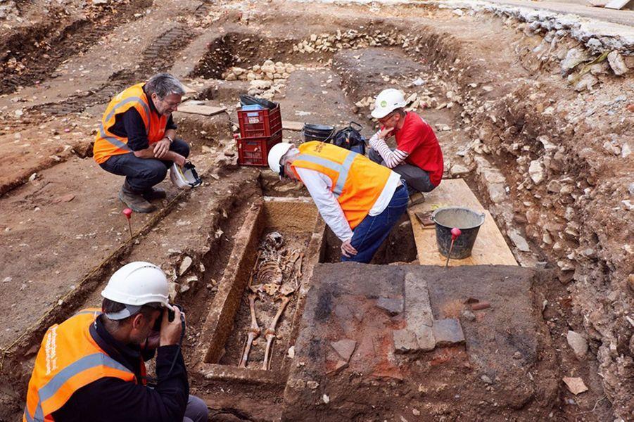 A Cahors, un sarcophage scellé du VIIème siècle a été découvert sur un terrain qui appartient au Département du Lot. La cellule départementale d'archéologie a mis au jour ce vestige mérovingien avec l'aide des spécialistes de l'Inrap.