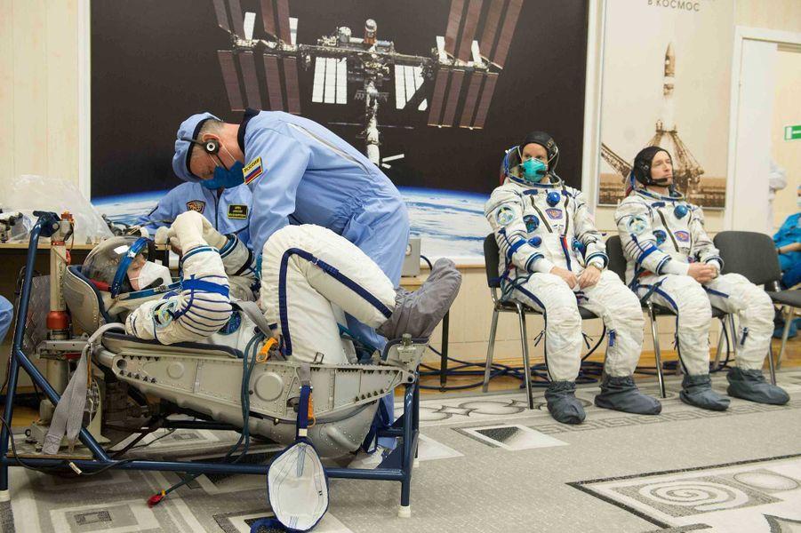 Les astronautes Kathleen Rubins, Sergueï Ryjikov et Sergueï Koud-Svertchkov avant le décollage.
