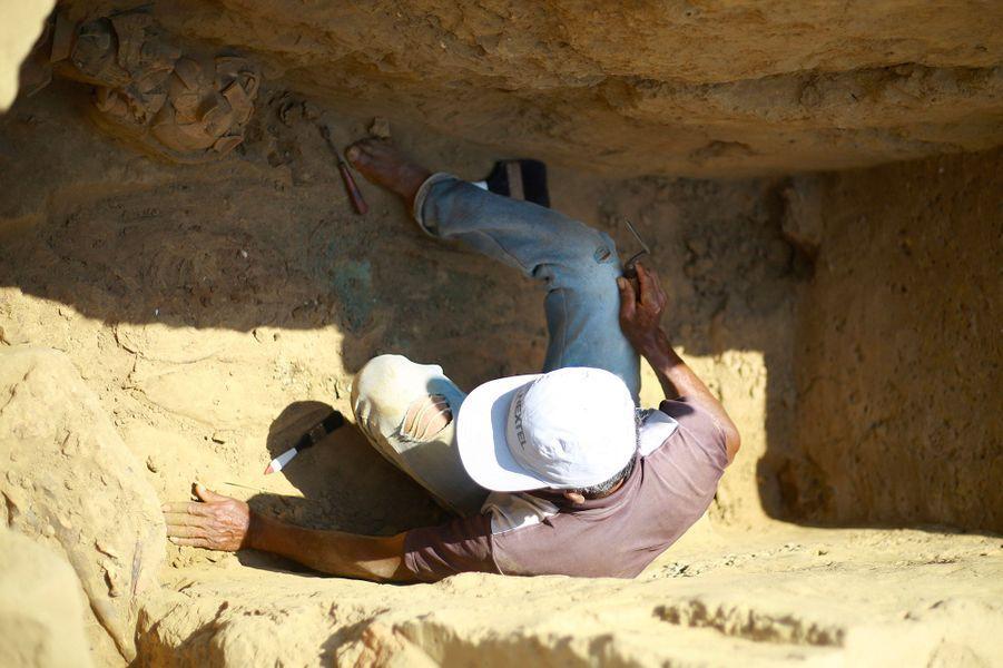 L'archéologue Go Matsumoto effectue des fouilles dans les tombes exhumées.