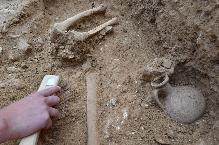 Les scientifiques de l'Inrap ont trouvé une soixantaine detombes, dont une cinquantaine detombesde périnataux (moins de six mois, ndlr) et de foetus au pied du rempart romain dans ce qui était une zone funéraire publique du début de notre ère, du premier au deuxième siècle.