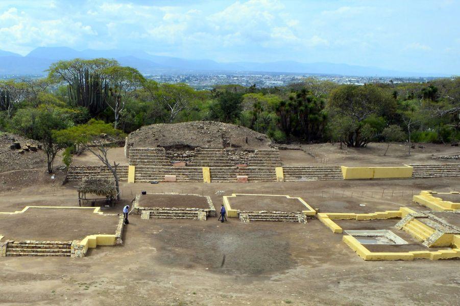 Le temple de 12 mètres de long et 3,5 m de hauteur est composé de deux autels de sacrifice, trois sculptures en pierre volcanique et divers éléments architecturaux situés dans un sous-sol pyramidal de la Zone archéologique de Ndachjian-Tehuacán.